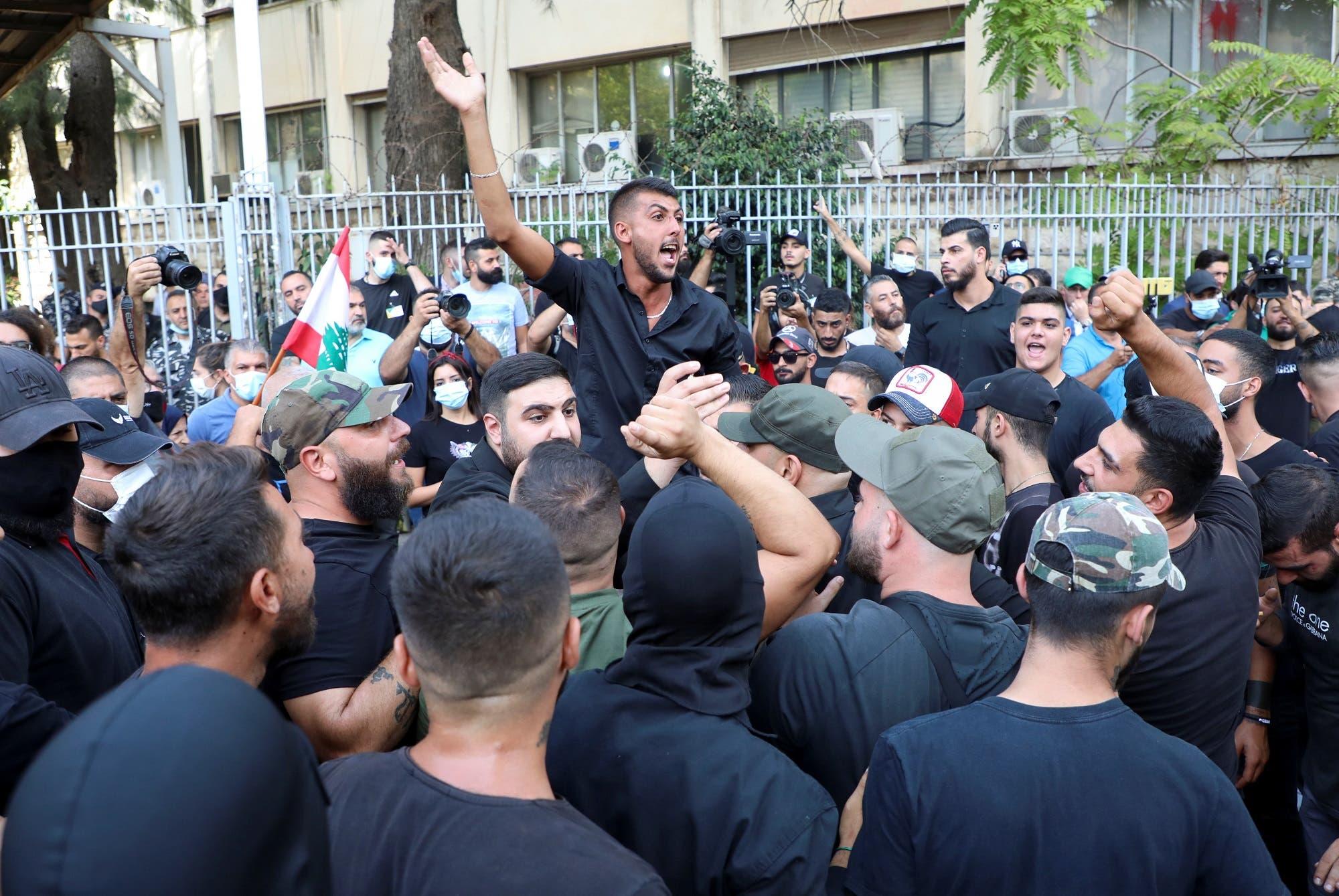 أنصار حركة أمل وحزب الله قرب قصر العدل في بيروت يوم 14 أكتوبر (رويترز)