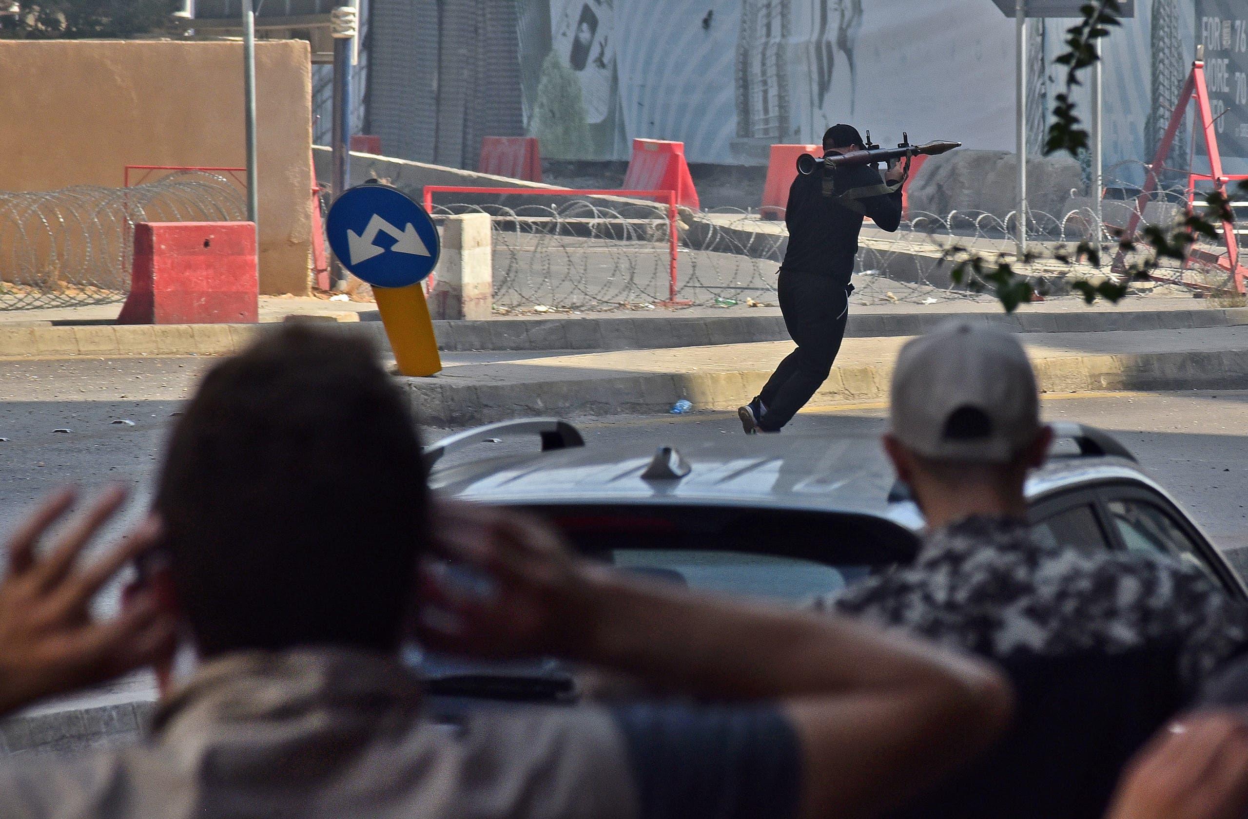 مسلح يطلق قذيفة من أحد مواقع التوتر في بيروت (فرانس برس)