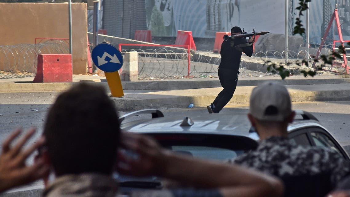 مسلح يطلق قذيفة من أحد مواقع التوتر اليوم في بيروت (فرانس برس)