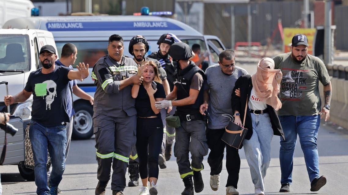 مواطنون يهرولون خوفا م نالاشتباكات في الطيونة ببيروت (فرانس برس)