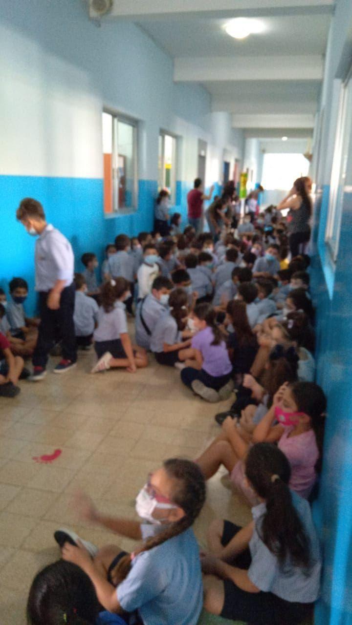 بیروت کے ایک سکول میں طلباء فائرنگ کی آوازوں سے خوفزدہ ہو کر سکول کے ہال میں جمع ہیں۔