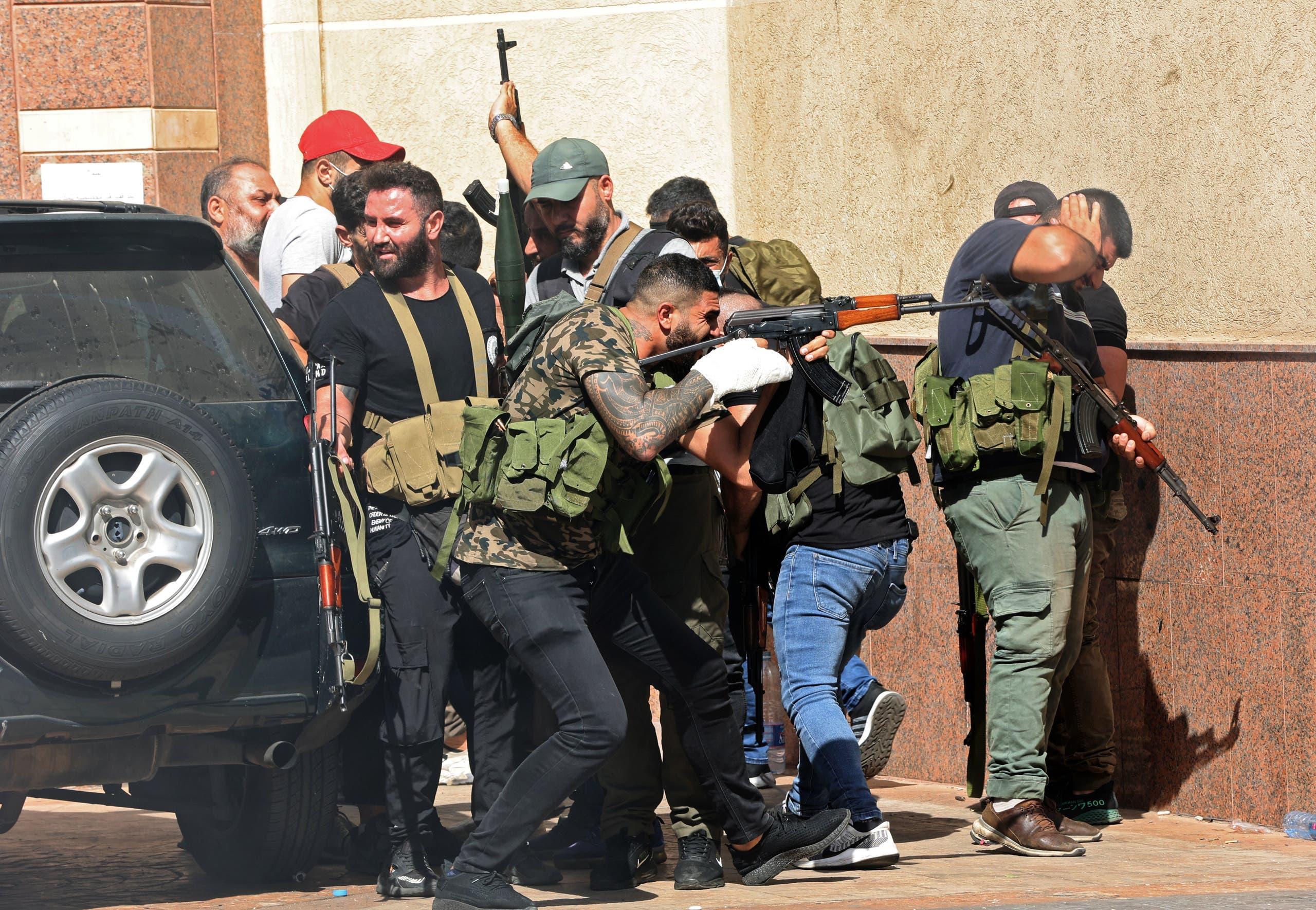 عناصر من حزب الله وحركة أمل في الطيونة يوم 14 أكتوبر (فرانس برس)