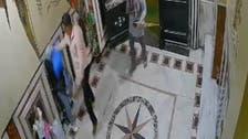 فيديو.. رجل يعتدي على زوجته بالإسكندرية في مدخل عمارة