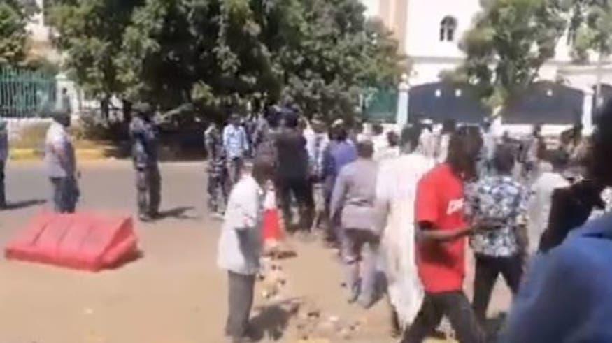 وصول محتجين لمقر الحكومة السودانية.. والشرطة تفرض طوقا أمنيا