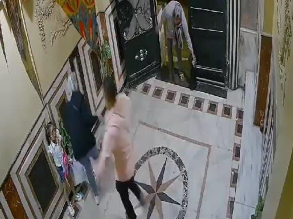 فيديو يوثّق اعتداء مصري على زوجته.. والسلطات توقفه