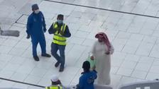 فيديو يجتاح التواصل.. سعودي يوزع المال في الحرم المكي