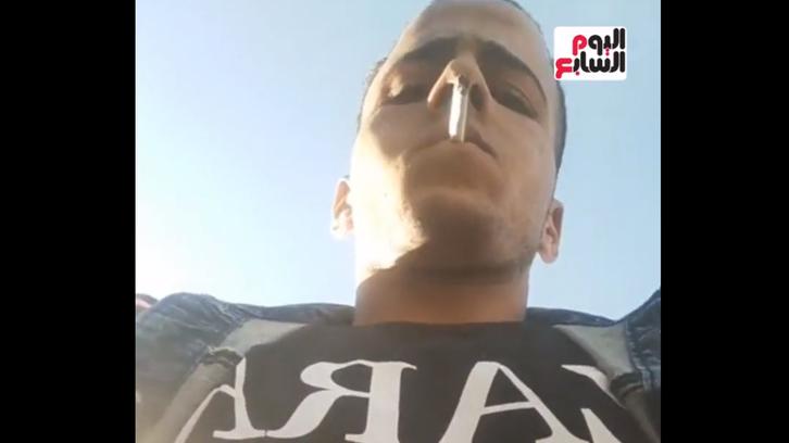 فضح نفسه.. لص يسرق هاتف صحافي مصري خلال بث مباشر