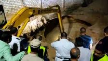 شاهد لحظةاستخراج جثة مصري قضىفي حفرة أثناء التنقيب عن الآثار