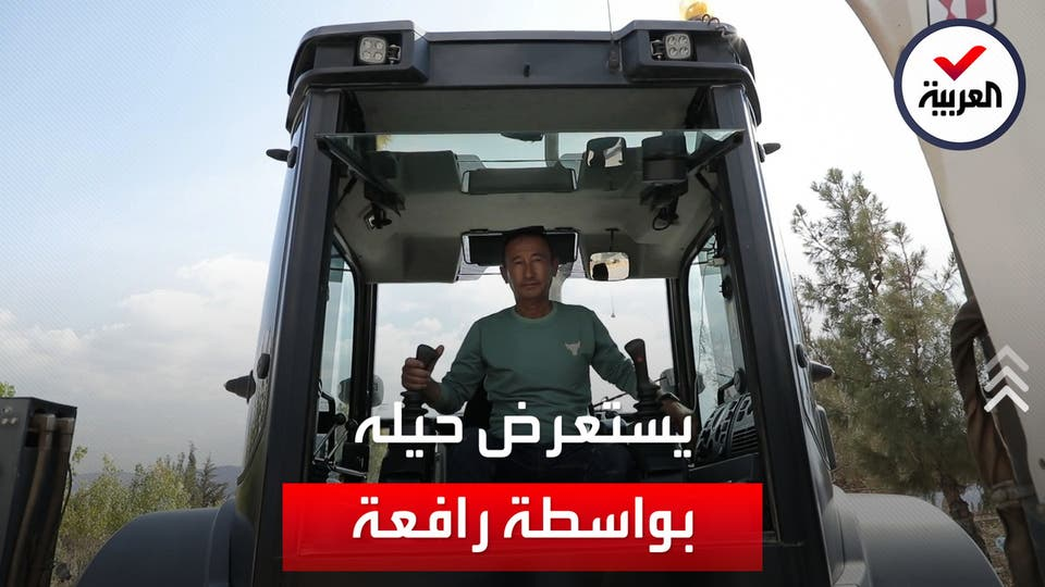 في العراق.. حفار قبور يستعرض مهاراته باستخدام رافعة