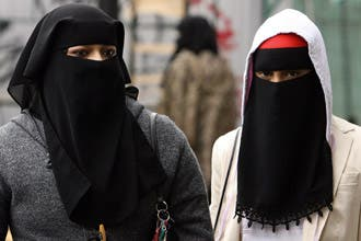 تزايد الجدل حول الحجاب في أوروبا وشكوك في مدى اندماج المسلمين
