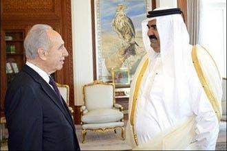 بيريز يلتقي أمير قطر ويجري حوارا مع طلابها في زيارة علنية نادرة