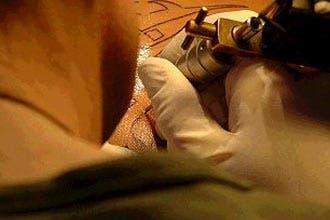 """""""الوشم"""" على الجلد ينتشر بين الشباب والشابات في السعودية"""