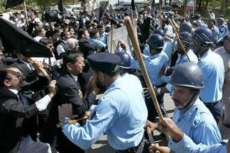 اللجنة الانتخابية توافق على ترشيح مشرف واحتجاج عنيف بباكستان