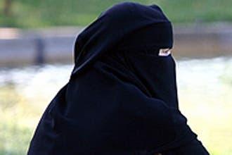خمسينية سعودية تطلب الطلاق بعدما رفع زوجها برقعها خلال نومها