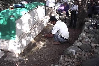 """قبر في سوريا تنبع المياه منه بلا انقطاع يتحول لـ""""مزار للتبرّك"""""""