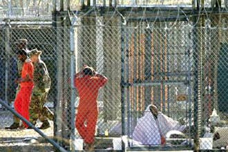 سجين في غوانتانامو يحاول الانتحار عبر قطع رقبته بظفره الحاد