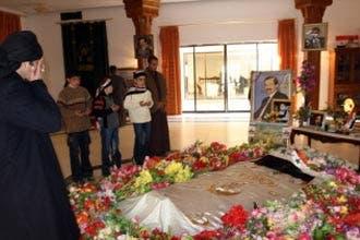 عشرات من ممثلي عشائر السنة يزورون قبر صدام حسين