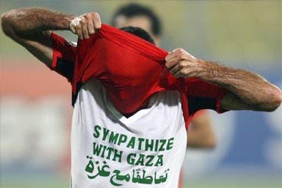 """""""كاف"""" يكتفي بتحذير أبو تريكة بعد رفع شعار تضامن مع غزة"""