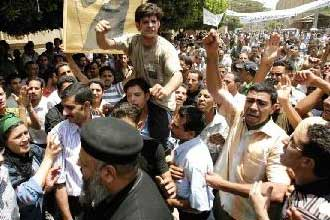 الشرطة تفرق تظاهرة لمئات المسيحيين المصريين بعد مقتل شاب منهم