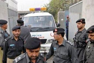 Suicide bomber kills 32 in Pakistan mosque