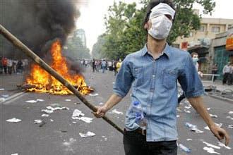 """أنصار موسوي يهاجمون """"الدكتاتورية"""" ويصطدمون بأمن طهران"""
