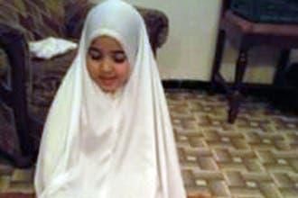"""الأب الفرنسي لـ""""صفية"""" المسلمة يعمّدها بعد تسلمها من الجزائر"""