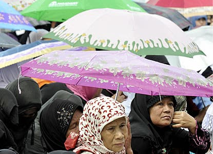 "Indonesian creates ""healthy"" magnetic hijab"