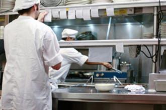 """دبي تنفي منع الكحول بأطباق المطاعم.. وتشدد في فصل """"الحلال"""""""