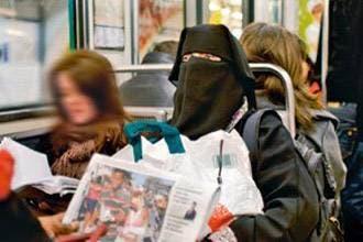 French journalist walks around Paris in face veil