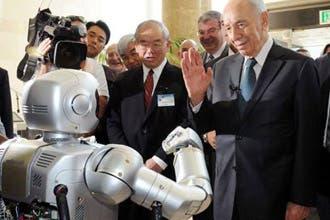 """كوريا الجنوبية تستقبل بيريز بـ""""روبوت"""" وتلغي الاستقبال الرسمي"""