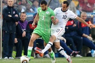 المنتخب الجزائري يحظى باستقبال رسمي وجماهيري