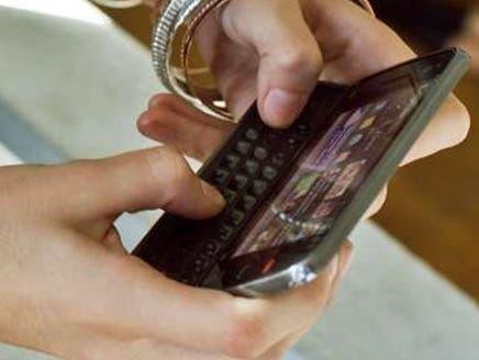 """دراسة تحذر: انتبه هاتفك """"الذكي"""" يتجسّس عليك"""