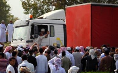 Omanis loot half-burnt supermarket, police stay away