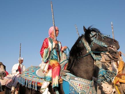 """فارسات مغربيات يجذبن الانتباه بتألقهن في عالم """"التبوريدة"""" الرجالية"""