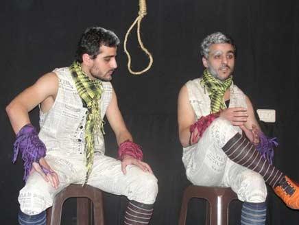 ممثلان سوريان يعرضان مسرحية في السجن بعد اعتقالهما في مظاهرة