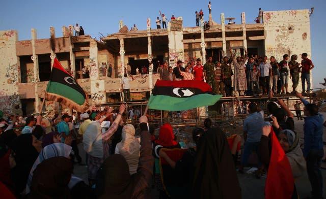 Libyans flee pro-Qaddafi town ahead of assault; new leaders seek U.N. representation