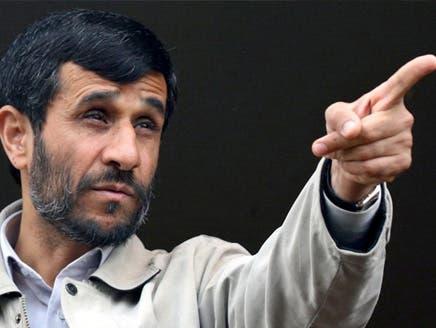إيراني يرشق أحمدي نجاد بحذائه أمام حشد من الناس بشمال البلاد
