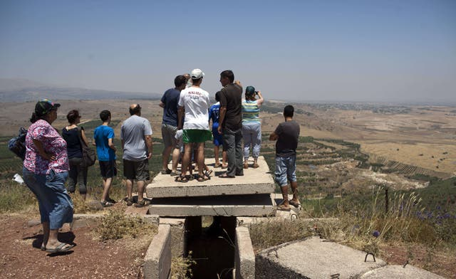 Israeli tourists flock to Golan Heights to watch Syrians in battle