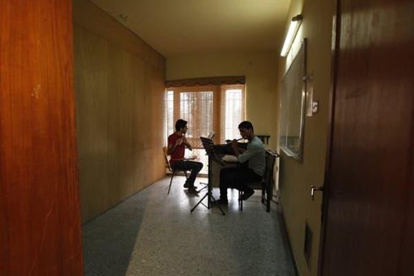Iraqi musician teaches orphans classical music