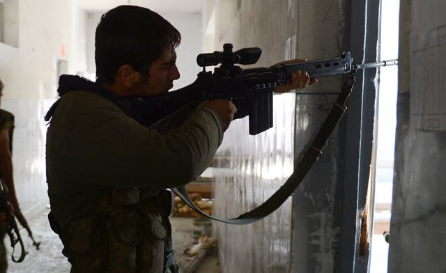 Syrian rebels 'buying arms from the regime'