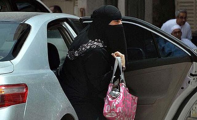 Saudi woman sues ministry over driving ban