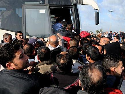 إسرائيل تفصل عنصرياً وتمنع الفلسطينيين من ركوب حافلاتها